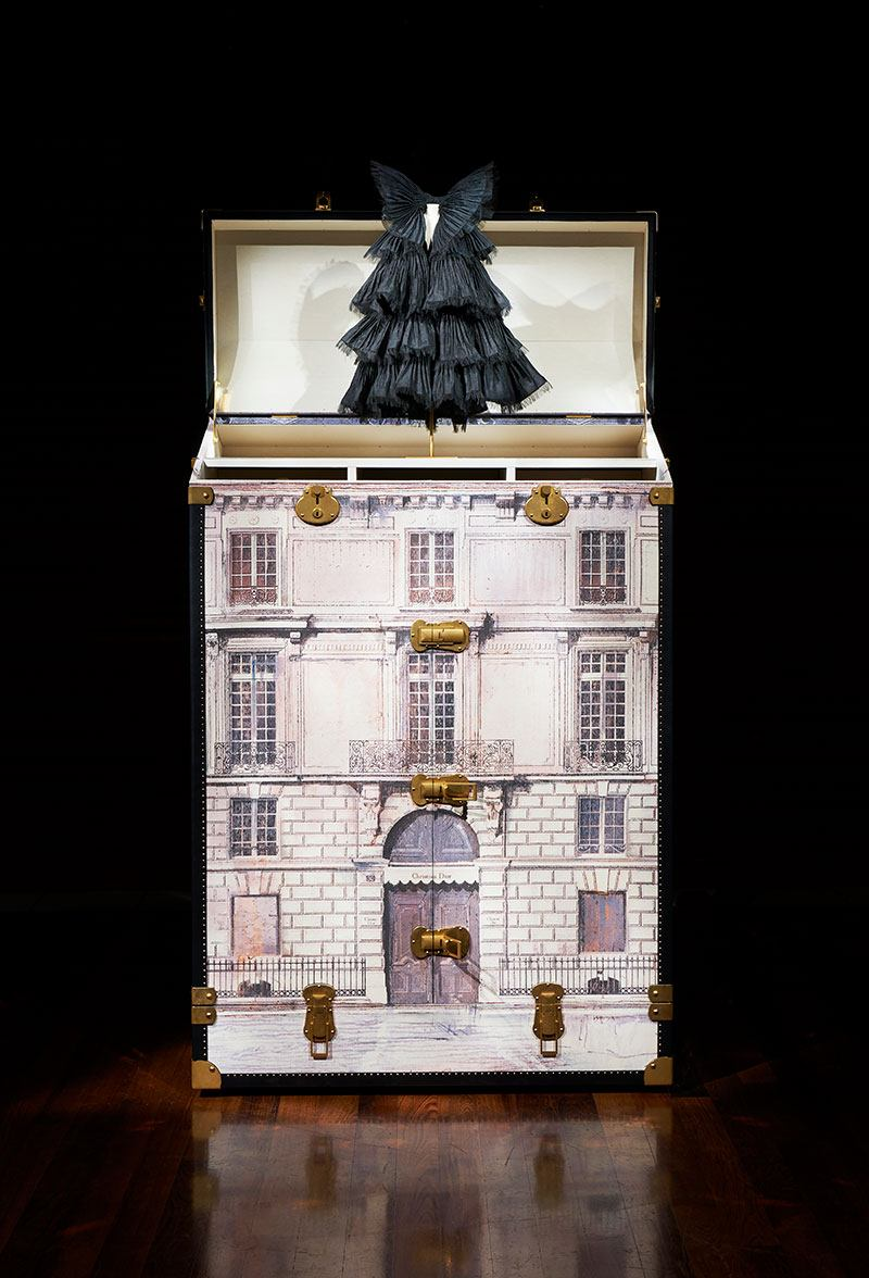 The outside of the trunk features Dior's Parisian townhouse at 30 Avenue Montaigne.